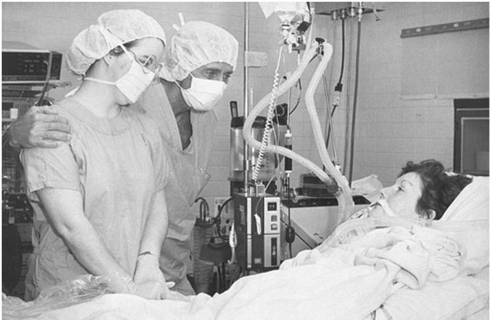 Zuhdi, center, visits Nancy Rogers, the first heart transplant patient in Oklahoma, along with Rogers' daughter, left. Photo courtesy INTEGRIS.